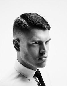 Taglio capelli corti uomo con riga laterale e pettinati con gel