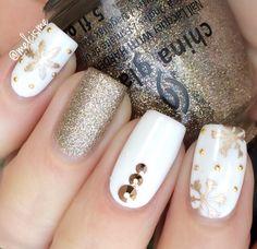 White & Gold #snowflakenails