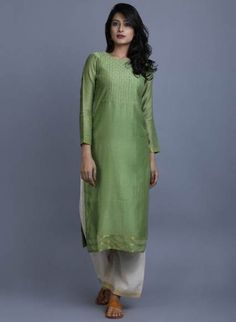 How to wear green clothes Ideas Indian Dresses, Indian Outfits, Western Dresses, Churidar Designs, Blouse Designs, Dress Designs, Blouse Patterns, Pakistani Dress Design, Indian Designer Wear