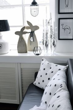 Rabbits made of concrete with a homemade mold – HANDMADE Kultur – diy home crafts Diy Home Crafts, Wood Crafts, Diy Dress, Woodworking Crafts, Easter Crafts, Decorative Pillows, Concrete, Bed Pillows, Diy Projects