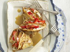 For the ultimate toffee treat try these delicious pancakes with strawberries and toffee sauce. Flan, Scones, Dessert Dishes, Desserts, Toffee Sauce, Tasty Pancakes, Pancake Day, Kids Menu, Pudding