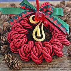 Χειροποίητο επίχρυσο γούρι 17 σε κύκλο από κόκκινο μεταξωτό κορδόνι, με γυάλινο ροδάκι και κορδέλες. 4th Of July Wreath, Wreaths, Christmas Ornaments, Holiday Decor, Home Decor, Decoration Home, Room Decor, Christmas Jewelry, Christmas Baubles