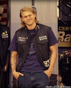 Charlie Hunnam, the reason i started watching this show!