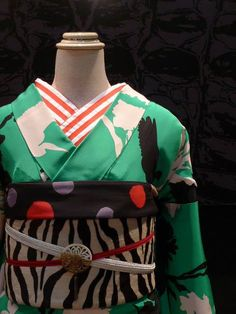 gleshima: gle縞・lent 【gle縞オリジナル・影鳥(黄緑)】 着物一式+着付け込 レンタル This is not a furisode but it is a rental kimono, and I really love. Traditional Japanese Kimono, Japanese Geisha, Traditional Fashion, Japanese Beauty, Kimono Japan, Yukata Kimono, Kimono Dress, Modern Kimono, Kimono Design