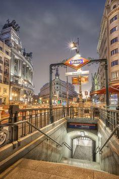 Estacion de metro en Madrid. Cruce calle Alcala con Sevilla