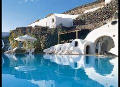 今年泊まるべき、パリの新世代ホテル15選!|Tablet Hotels  ¥「PERIVOLAS」 ギリシア、サントリニーニ島にある「PERIVOLAS」 19世紀の軽石鉱山の跡地に建てられたホテルだ。客はボートで到着する。