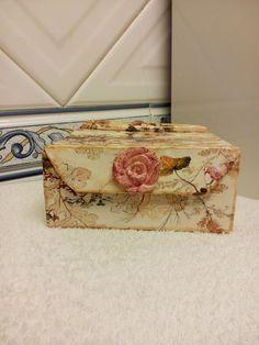 Caixa decorativa toda feita á mão e em cartão reciclado