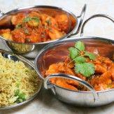 [INDIENNE]   La cuisine indienne comporte en fait des cuisines régionales d'une grande variété. Une bonne partie de la population est végétarienne, on trouve donc une grande diversité de recettes végétariennes comprenant des légumes secs (lentilles, pois chiches…). La cuisine indienne est basée sur le masala ou mélange d'épices qui caractérise chaque recette indienne.  On a pris l'habitude de nommer ce mélange : curry ou cari. Le mot curry signifie ragoût, plat mijoté.