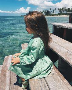 """""""На этом побережье есть немного водорослей и океан от этого зелёный-зелёный the seaside at this part of the island is seeweedy, that's why the water is so…"""""""