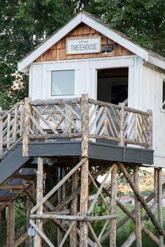 Backyard Treehouse, Backyard Sheds, Backyard Playground, Backyard For Kids, Backyard Projects, Treehouse Ideas, Easy Diy Treehouse, Treehouses For Kids, Stairs And Staircase