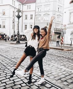 Friends are like, cute poses, friend pictures, best friends forever, bff go Cute Friend Pictures, Best Friend Pictures, Cute Friends, Best Friends, Friends Forever, Best Friend Photography, Photography Ideas, Travel Photography, Instagram Pose