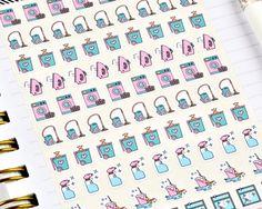 Een set van 85 mini schoonmaak stickers perfect voor de kwijnende klusjes en huis schoonmaak taken zoals hieronder gespecificeerd. ♥ WAT IS INBEGREPEN? ♥ De gemengde blad bevat 85 Wasserij en reiniging van stickers als volgt gespecificeerd: ○... 16 x Wasserij ○... 18 x stofzuigen /