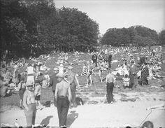 Väkeä riittää Ruissalon Yleisellä käytävällä heinäkuun alussa. 1930-luvulla ulkoilmaelämä ja auringonpalvonta olivat ottamassa voittoa häveliäisyydestä. Hiekkarannalla oli jo tavallista oleskella uimapukusillaan.  Ruissalo toimi turkulaisten luontokeitaana ja arjen vastapainona. Paettiinpa sinne raittiin ilmankin vuoksi, kaupungin ilmaa värittivät kesäisin osittaiseen omavaraistalouteen ja eläinten pitoon liittyvät hajut.  Kuva: Turun Sanomat, 1932.