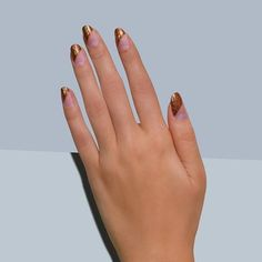 This mani from @paintboxnails can truly capture anyone's attention. Look at that angular negative space and that coppery glitters. #glitternails #negativespace #nailart http://ift.tt/2cw3vv1
