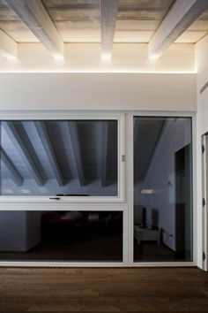 Una realizzazione Olev per un'abitazione privata a Vicenza. I punti luce nascosti sopra la rientranza della parete creano un'illuminazione indiretta che valorizza la presenza delle travi inclinate nell'ambiente. Cove Lighting, Interior Lighting, Lighting Design, Wood Ceilings, Ceiling Beams, Interior Design Living Room, Living Room Decor, Strip Led, Exposed Beams