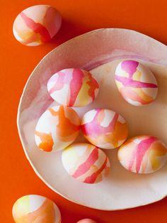 Ha húsvét, akkor tojásdíszítés! Ahagyományos díszítési technikákon kívül sokféle módszert kipróbálhatunk. Olajbázisú vagy alkoholos lakkfilccel egyszerű motívumokat rajzolhatunk a megti…