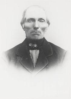 Man in Noord-Bevelandse dracht. De man draagt een witte boezeroen met ingeweven rode en blauwe strepen, een zwarte halsdoek en gouden keelknopen 1870-1880 #NoordBeveland #Zeeland