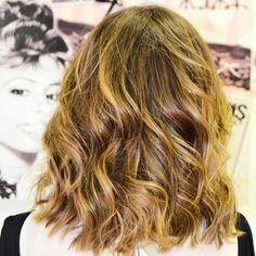 Melenas midi con reflejos rubios ideales 😍 😍  Colores hechos a medida para nuestras clientas 😘  #cambiodecolor #evapellejero #haircolor #cambiodelook #salondepeluqueria #zaragoza