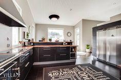 Upea musta #keittiö  tää on kyllä niin magee koko talo   Kohde: #metsäkauriintie 16, Ylöjärvi  #kivitalo  #asuntounelmia #unelmaasuntoja  Lisää kuvia ➡ www.villalkv.fi  (paikassa Ylöjärvi)