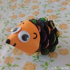 Schattige egels van dennenappels   dennenappels   Wat kun je maken met dennenappels? Dots, Mj, Manualidades, Bricolage, Stitches, The Dot, Polka Dots