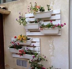 Old Pallets 43 Gorgeous DIY Pallet Garden Ideas to Upcycle Your Wooden Pallets - Need a cheap garden bed or planter that can be used either for vertical and horizontal gardening, but still looks good? Try these 43 pallet garden ideas. Old Pallets, Pallets Garden, Recycled Pallets, Wooden Pallets, Pallet Benches, Pallet Couch, Pallet Tables, Outdoor Pallet, Recycled Wood