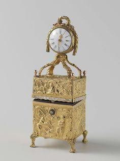 Nécessaire van goud met op het deksel een staand horloge, anoniem, 1750. Necessaire, gold with watch on lid.
