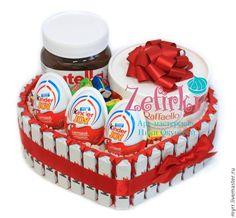 Купить или заказать Сердце из киндеров торт из kinder подарок девушке любимой девочке в интернет-магазине на Ярмарке Мастеров. Сердце из шоколада Киндер Сюрприз! Сделано на заказ Состав: Kinder шоколад, паста Nutella, Raffaello, Kinder Joy, Love is... Можно сделать в синем оформлении для мальчика. Сердце из шоколадных яиц kinder — это великолепный подарок для любимой девушки,жены или девочки! На любой праздник. Особенно на День всех влюблённых! 14 февраля! Можно сделать больше или меньше…
