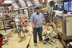 Pin for Later: Les Emeutes à Ferguson en 21 Images  Une homme a du nettoyer son magasin détruit après les manifestations.