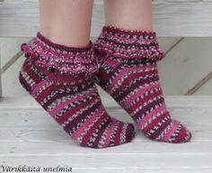 Värikkäitä unelmia: Frillat II Fair Isle Knitting, Knitting Socks, Knit Socks, Knitting Patterns, Crochet Patterns, Knitting Ideas, Woolen Socks, Boot Cuffs, Hand Warmers