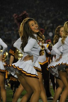 Cheerleading Pictures, Cheerleading Outfits, Dallas Cheerleaders, Professional Cheerleaders, Girls In Mini Skirts, Sporty Girls, Girls Show, Dance Outfits, Legs