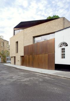 Levring House Located in the Bloomsbury Conservation area, this bold, contemporary brick house infills a vacant corner plot to complete an historic mews. With proposals restricted by 'Right to Light' conditions, the new house was developed around a reinterpretation of the London lightwell. A series of volumes step up from the basement to the top of the house, wrapping around the lightwell and opening the whole house to daylight.
