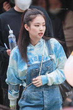 Your source of news on YG's biggest girl group, BLACKPINK! Blackpink Outfits, Kpop Fashion Outfits, Blackpink Fashion, Korean Fashion, Kim Jennie, Mode Kpop, Foto Casual, Black Pink Kpop, Blackpink Photos