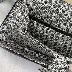 Compagnon Complice en simili noir et coton géométrique cousu par Clara - Patron Sacôtin