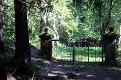 Suomi Tour: Pitkäniemen mielisairaalan hautausmaa Finland Travel, Secret Places, Travel Tips, Tours, Fences, City, Gates, Plants, Picket Fences