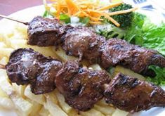 Anticucho - Peruvian Grilled Meat (Beef Heart is traditional but other meat is ok) Latin American Food, Latin Food, Bolivia Food, Spicy Recipes, Healthy Recipes, My Favorite Food, Favorite Recipes, Venezuelan Food, Around The World Food