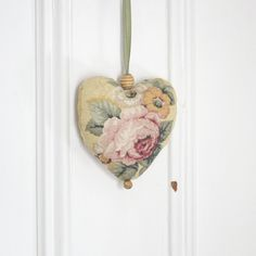 Fabric heart to hang Bouquet of roses Ornament Door hanger Gift Victorian Decoration Yellow plaid pears de la boutique ChristineGrenier sur Etsy