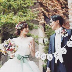 @saaatm_88 さまのウェディングドレスに映えるサッシュベルトとブーケ、ヘッドアクセサリー、ご新郎さまのブートニアのお色味の組み合わせがとても素敵。。。⠀ .⠀ カラフルなお花が集まっているのにとてもまとまりがあり、そして大人っぽい雰囲気も持ち合わせたこの色使い、ぜひとも参考にしたいですね!⠀ .⠀ #wedding #bridal #weddingdress #weddingphoto #photo #photoshooting #groom #bouquet #boutonniere #結婚式 #ウェディング #ブライダル #ウェディングフォト #フォト#プレ花嫁 #卒花嫁 #ウェディングドレス #ブーケ #ブートニア #ハナコレ花嫁⠀