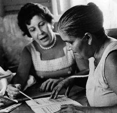Una maestra voluntaria enseña a leer a una adulta mayor