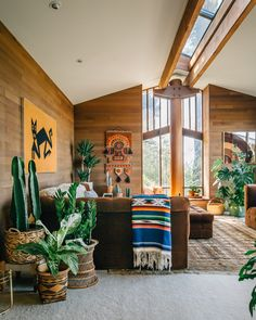What happens when a southern California girl moves to the Pacific Northwest? Pure magic! Michelle Qazi, owner of 6th and Detroit recently moved to Seattle and invited us into her beautiful home and put us under her spell! Between the vintage textiles, wood paneling, luscious planties, and those windows, we didn't even know where to look …