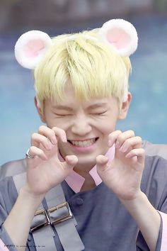 i know there's so flower crowns here but appreciate woozi's effort to do aegyo for us :')