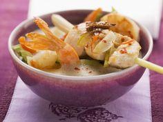 Kokossuppe nach thailändischer Art mit Shrimps und zitronigem Hähnchen-Spieß ist ein Rezept mit frischen Zutaten aus der Kategorie Garnelen. Probieren Sie dieses und weitere Rezepte von EAT SMARTER!