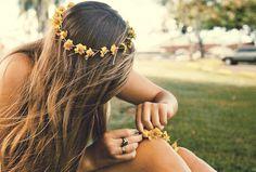 Casual Boho daisy chain flower crown hair ideas Toni Kami ⊱✿Flowers in her hair✿⊰ Accessoires Hippie, Flower Braids, Flower Crowns, Flower Headbands, Hair Flowers, Yellow Flowers, Flower Headpiece, Sunflower Headband, Fresh Flowers