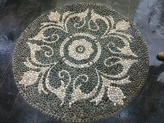 Mosaic Rocks, Pebble Mosaic, Stone Mosaic, Pebble Art, Mosaic Art, Herb Garden Design, Garden Paths, Garden Art, Pebble Floor