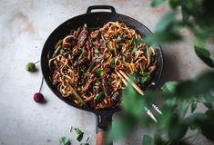 Beanit-nuudeliwokki (V) – Viimeistä murua myöten Iron Pan, Japchae, Beef, Ethnic Recipes, Kitchen, Food Food, Meat, Cooking, Kitchens