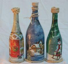 Tres diferentes estilos de botellas decoradas con motivos navideños.