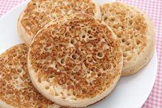 Original British Crumpets sind eine Süßspeise aus Hefe und Mehl. Mit diesem Rezept zaubern Sie das britische Teegebäck im Handumdrehen.