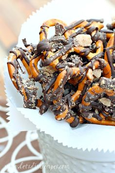 Chocolate Toffee Pretzels | Delicious chocolate covered pretzels with toffee bits! Fun Desserts, Delicious Desserts, Yummy Food, Tasty, Vegan Recipes Easy, Snack Recipes, Dessert Recipes, Dessert Dips, Yummy Recipes