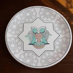 Tahrir biter ve boyama başlar. China Painting, Ceramic Painting, Traditional Tile, Painted Plates, Turkish Art, Motif Design, Pattern Art, Online Art, Oriental