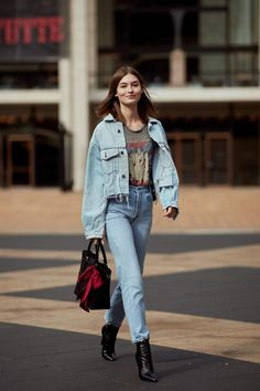 New York Fashion Week Street Style Fall 2018 Day 7 Cont.- New York Fashion Week Street Style. go all denim With oversized denim jacket and rugged jeans New York Street Style, Look Street Style, Autumn Street Style, Street Styles, New York Style, Star Fashion, New Fashion, Trendy Fashion, Autumn Fashion