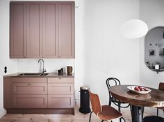 Interesting play of warm and cool tints - via Coco Lapine Design - Kitchen Ideas New Kitchen, Kitchen Interior, Kitchen Dining, Kitchen Decor, Dining Area, Pink Kitchen Cabinets, Hacks Ikea, Sweet Home, Compact Living
